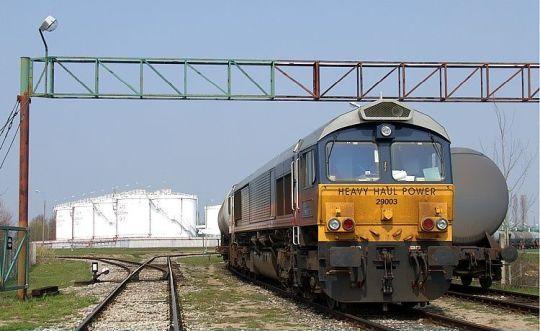 Angielska lokomotywa JT42CWR (Class 66) na terenie bazy paliw w Stobnie