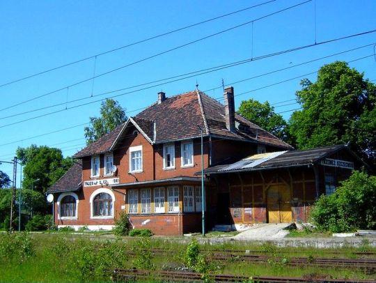 Zrujnowany budynek stacyjny w Trzebieży