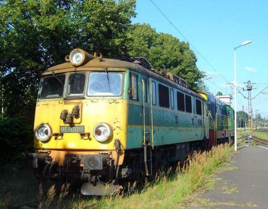 Elektryczno-spalinowy duet PTK Zabrze odpoczywa na stacji Szczecin Dąbie