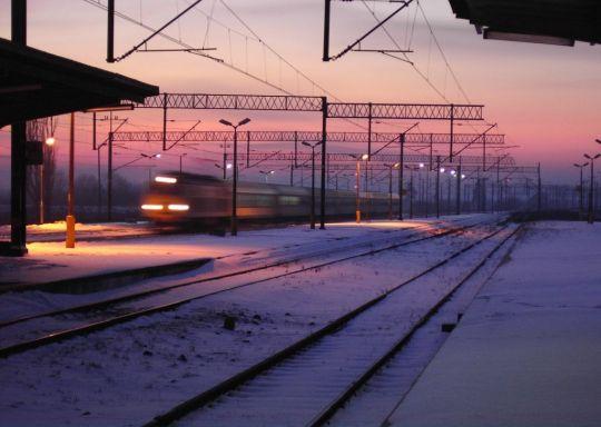 Wieczorny pociąg wjeżdża na stację w Sławnie