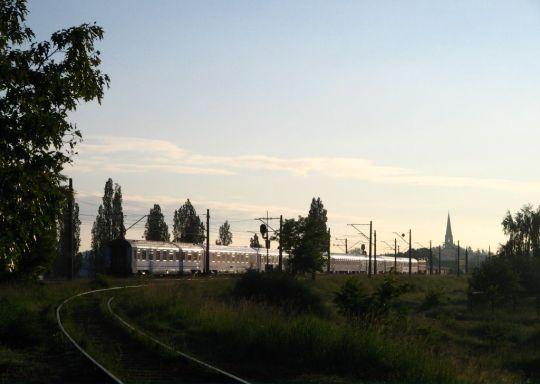 """IC """"Chrobry"""" w promieniach wschodzącego słońca kieruje się do Warszawy"""