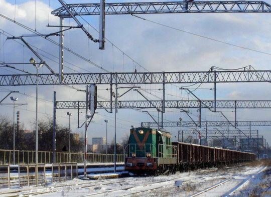 Poranny pociąg zdawczy z Elektrowni Pomorzany czeka na wjazd na część towarową stacji Szczecin Gumieńce
