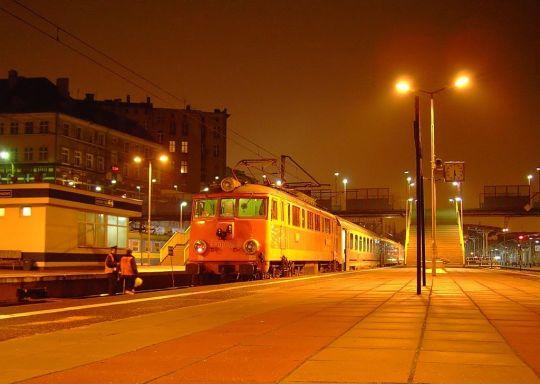 """""""Świnka"""" z pociągiem InterCity """"Chrobry"""" stoi na szczecińskim dworcu"""