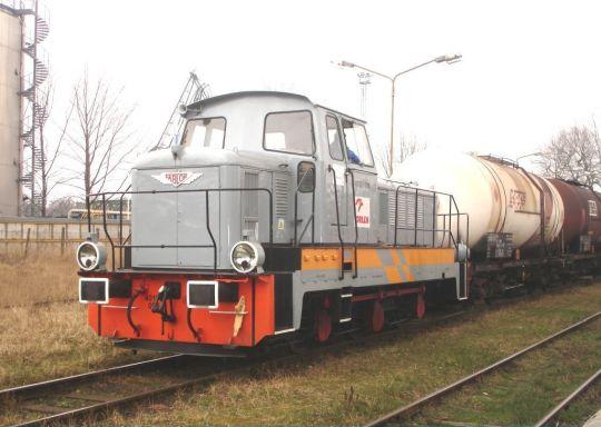 Manewrówka z orlenowskiej Bazy Paliw Nr 91 wtacza cysterny na wagę wagonową