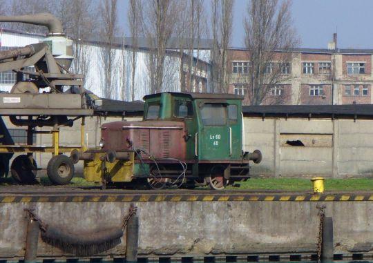Jedna z najmniejszych manewrówek odpoczywa na Nabrzeżu Poznańskim