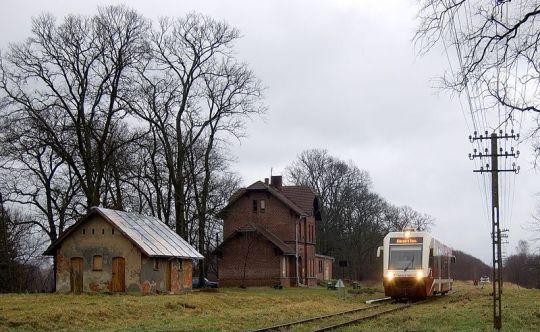 SA103-010 opuszcza Kalisz Pomorski Miasto jako pociąg 325 do Stargardu Szczecińskiego