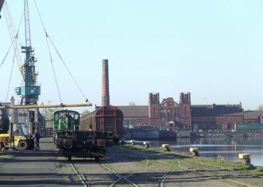Wiekowa już lokomotywa dzielnie pomaga w portowych przeładunkach