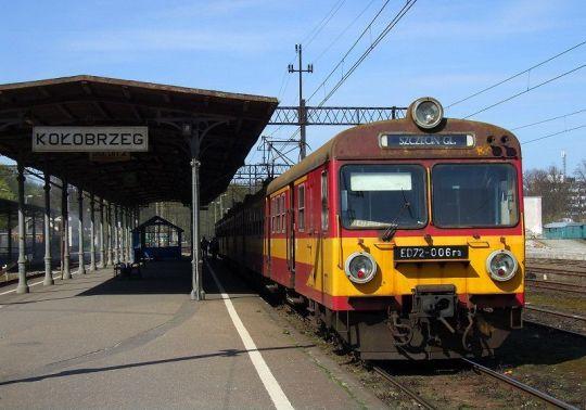 """Osobowy """"Sztorm"""" ze Szczecina do Słupska podczas krótkiego postoju na stacji Kołobrzeg"""