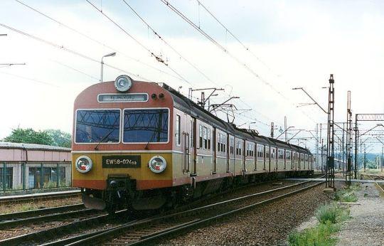 Jednostka EW58 wjeżdża na stację końcową