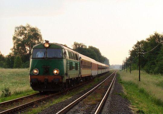 """""""Masuren Express"""" relacji Kaliningrad/Ełk - Berlin z opóźnieniem 70 minut zbliża się do stacji w Jankowie Pomorskim"""