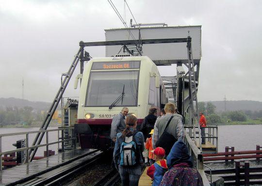 Zwiedzający wsiadają do szynobusu po zakończeniu prezentacji mostu zwodzonego