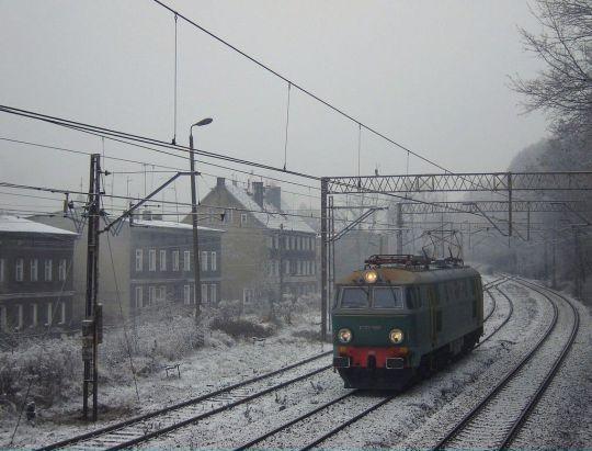 """Zimowy """"luzaczek"""" wjeżdża na pustawą stację"""