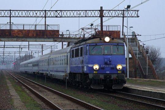 """EP08-007 z IC """"Bolesław Prus"""" mija stację Szczecin Port Centralny"""