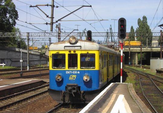 Pociąg SKM Trójmiasto wjeżdża na stację Gdańsk Główny