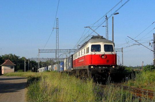 Pociąg relacji Brzeg Dolny - Świnoujście. W tle nastawnia Sj