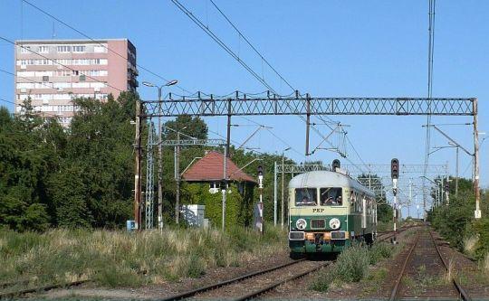 Jedyny i ostatni w te wakacje pociąg osobowy z Trzebieży wjeżdża na stację Szczecin Niebuszewo