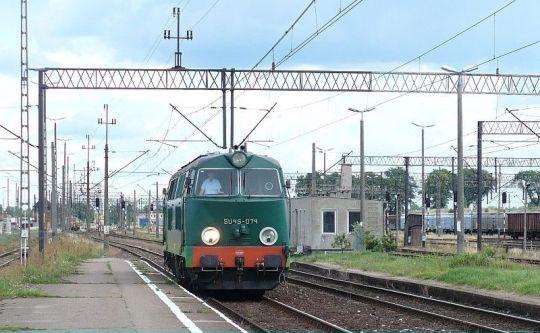 Najnowszy nabytek szopy PKP PR w Chojnicach podstawia się do składu pociągu 81504 Kołobrzeg - Warszawa/Łódź Kaliska