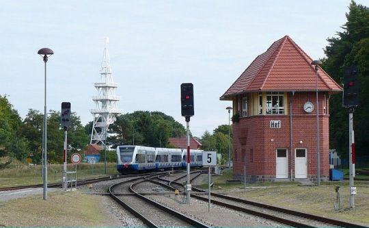 Wjazd pociągu osobowego ze Świnoujścia Centrum do Seebad Heringsdorf. Obok cudowna nastawnia dysponująca