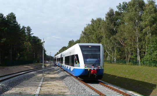 Nadeszło nieuniknione. Lekko opóźniony pierwszy pociąg osobowy z Niemiec wjeżdża do Świnoujścia Centrum