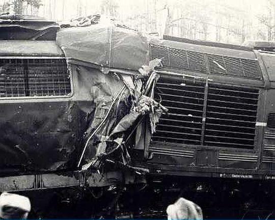 Zczepione lokomotywy po zderzeniu
