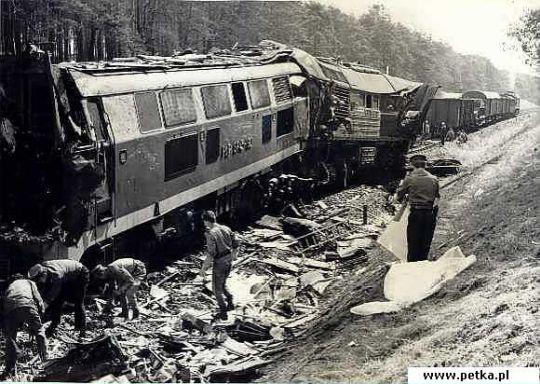 Widok na miejsce katastrofy i porozrzucane węglarki