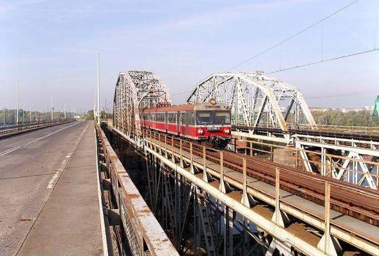 Pociąg osobowy do Słupska przejeżdża przez most na Odrze