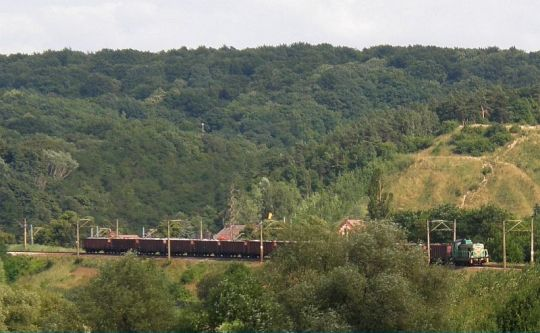 Popołudniowy pociąg zdawczy wraca do Portu z węglarkami naładowanymi złomem