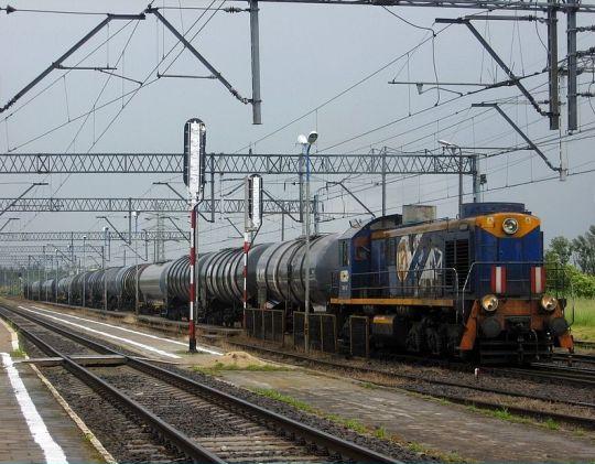 Niebo szare, to chociaż lokomotywa kolorowa...