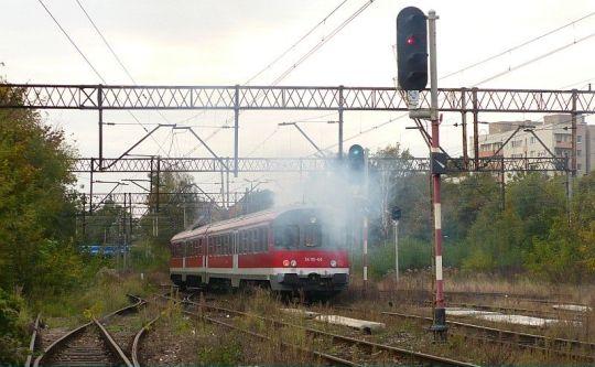 Mocno mazutujący pociąg osobowy z Trzebieży do Szczecina Głównego opuszcza Niebuszewo