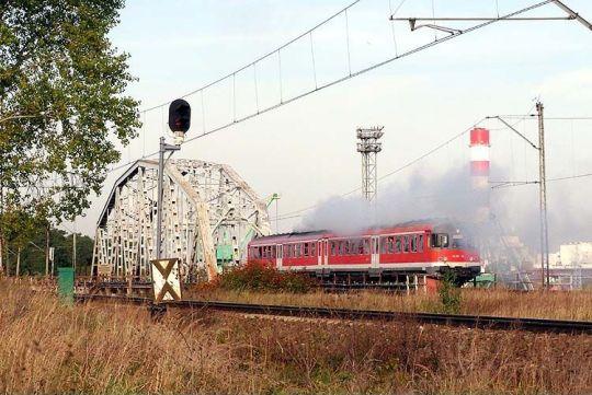 """Pociąg specjalny """"Zalew Szczeciński"""" mija most na Odrze Zachodniej"""