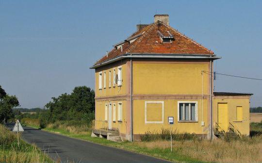 Prawdopodobnie dawniej był to obiekt kolejowy, dziś jest budynek mieszkalny