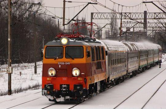 EP09 ze składem opuszcza stację Szczecin Główny jako pociąg TLK 83106 do Krakowa Płaszowa