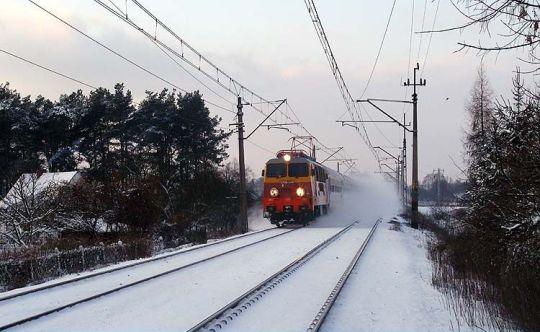 Pociąg TLK do Krakowa prowadzony lokomotywą w historycznym malowaniu