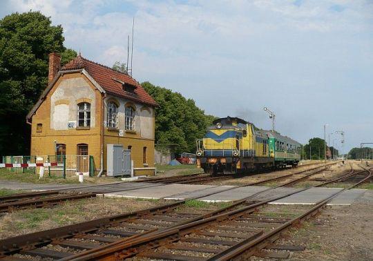 Pociąg osobowy z Chojnic do Szczecinka opuszcza stację, kierując się w sam środek nadchodzącej burzy