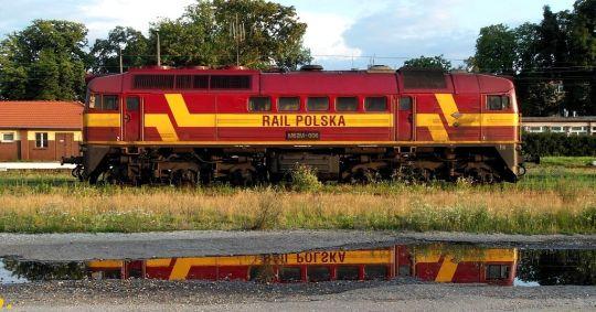 """""""Gagar"""" należący do przewoźnika Rail Polska oczekuje rozładowania brutta naprzeciwko nastawni dysponującej """"Kb"""""""