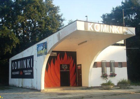 Budynek stacyjny przystanku osobowego Szczecin Zdroje zaadaptowany na pomieszczenie sklepu z kominkami