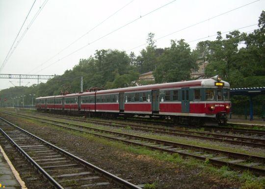 EN57-1519 z Gryfina do Szczecina Głównego oczekuje godziny odjazdu