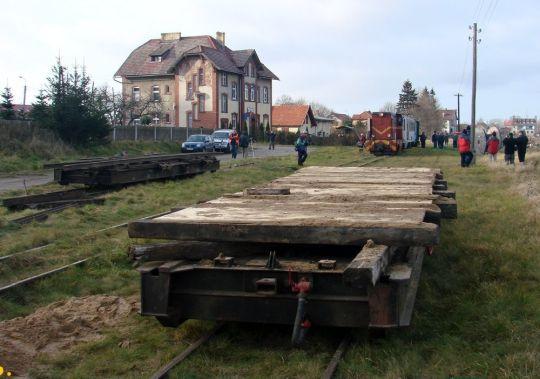 Ex-stargardzkie transportery w roli platform na 4-torowej podkoszalińskiej stacyjce