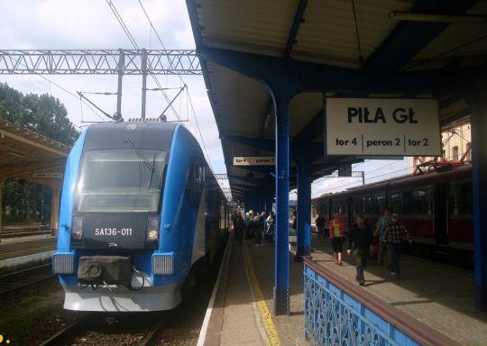 Pierwszy po 12-letniej przerwie pociąg osobowy ze Szczecina do Piły dojechał do stacji docelowej