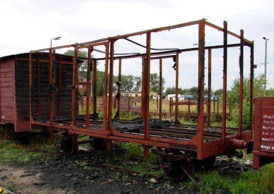 Wypalony przez wandali poniemiecki wagon towarowy