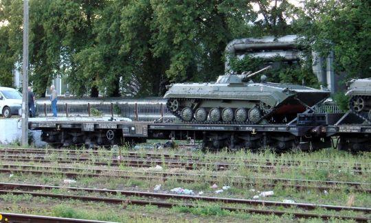 Bojowy Wóz Piechoty (typ 2) produkcji ZSRR załadowany na 6-osiową platformę kolejową