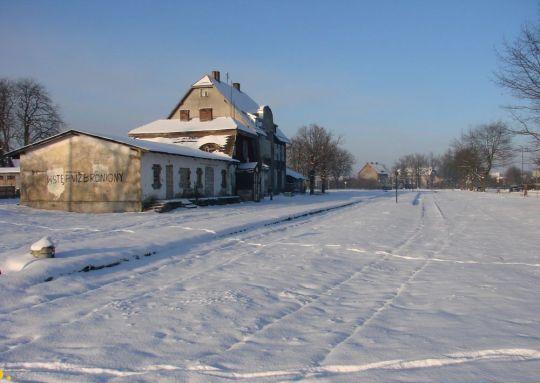 Pusta równia stacyjna w zimowej scenerii