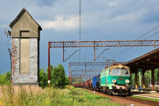 Pociąg towarowy ze Świnoujścia przejeżdża bez zatrzymania przez Wysoką Kamieńską