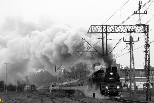 Ol49-69 w drodze do Poznania mija odstawione jednostki