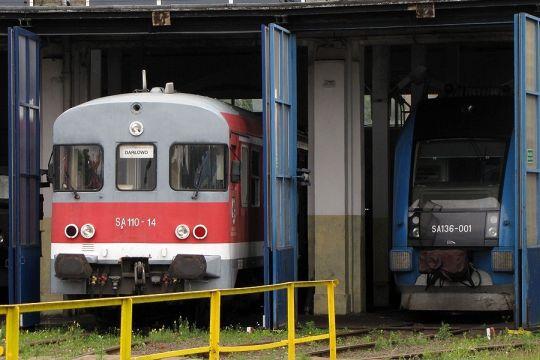 Dwie różne epoki z dziejów kolei pod jedną halą