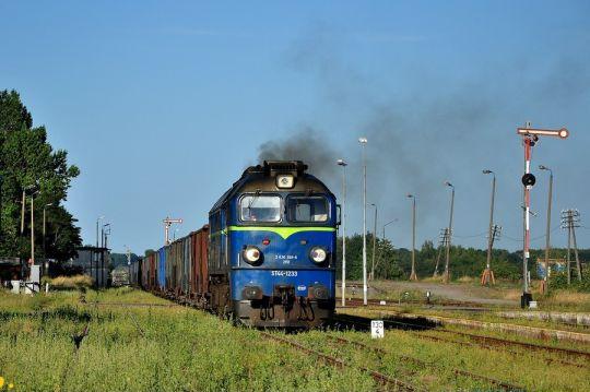 ST44-1233 z węglem z Braniewa do Szczecina wjeżdża do Jankowa Pomorskiego