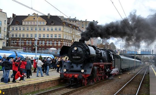 Stoi na stacji lokomotywa... z wagonami