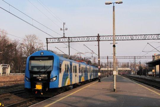 EN57AL po kursie ze Słupska zjeżdża do lokomotywowni