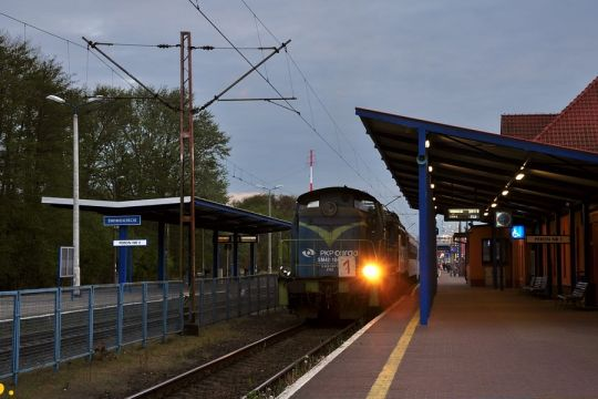 Nocny pociąg pospieszny do Warszawy Gdańskiej za kilka minut odjedzie ze stacji początkowej