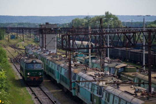 """""""Byk"""" manewruje, mijając nieużywane lokomotywy"""